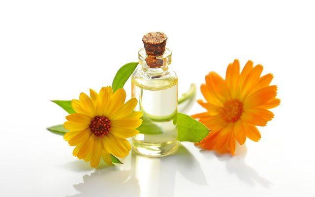 טיפול וטיפוח עור הפנים עם שמנים ארומטים